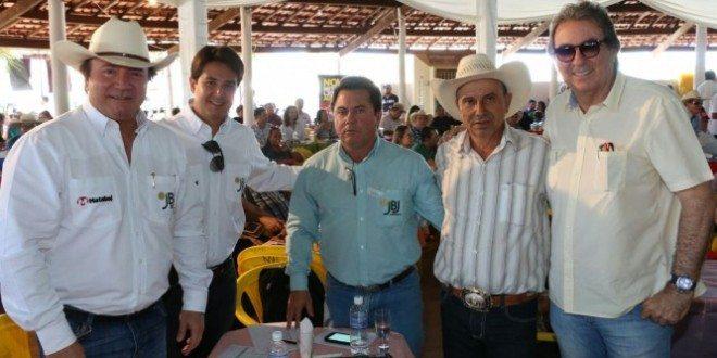 O empresário Júnior Friboi (à esq.) com membros do grupo JBJ e Jair Toledo (2º da dir.p/esq) e o leiloeiro Eduardo Gomes (à dir.) durante leilão Progênies de IATF em Paraíso do Tocantins (fotos: Ademir dos Anjos)